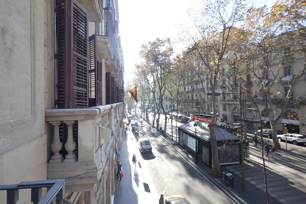Galería de fotos: Imagen desde el balcón del Hotel Fornos con vistas a La Rambla